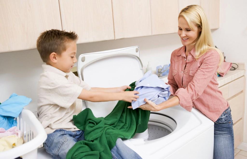 Ребёнок помогает стирать