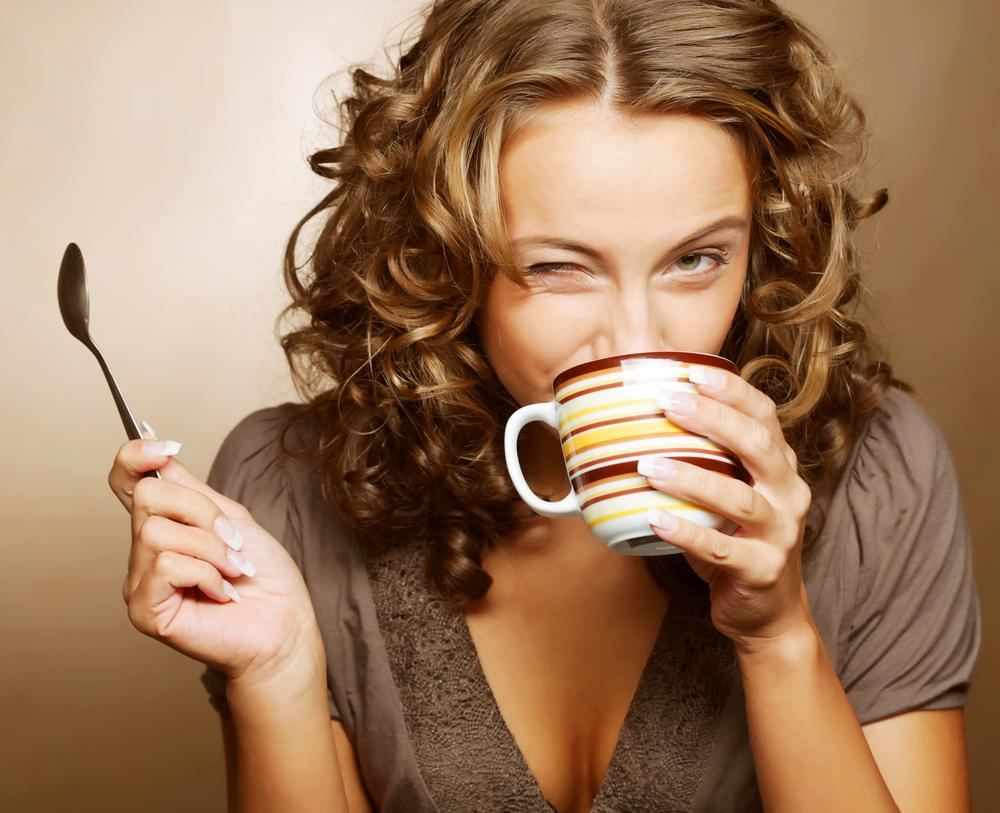 Девушка пьёт кофе или чай