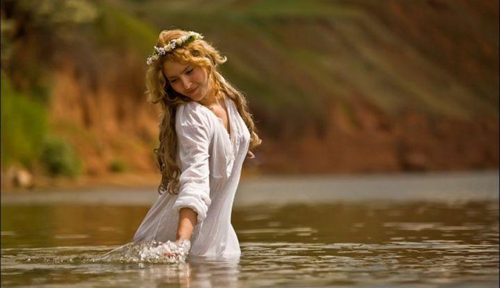 Славянка в речке