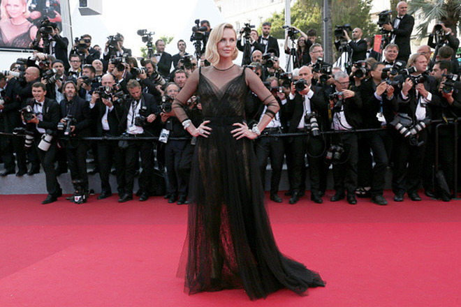 CANNES, FRANCE - MAY 23: Charlize Theron attends the 70th Anniversary of the 70th annual Cannes Film Festival at Palais des Festivals on May 23, 2017 in Cannes, France. (Photo by Gisela Schober/Getty Images)